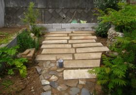 玄関アプローチ前の小庭2