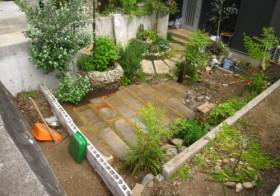 玄関アプローチ前の小庭3