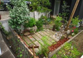 玄関アプローチ前の小庭6